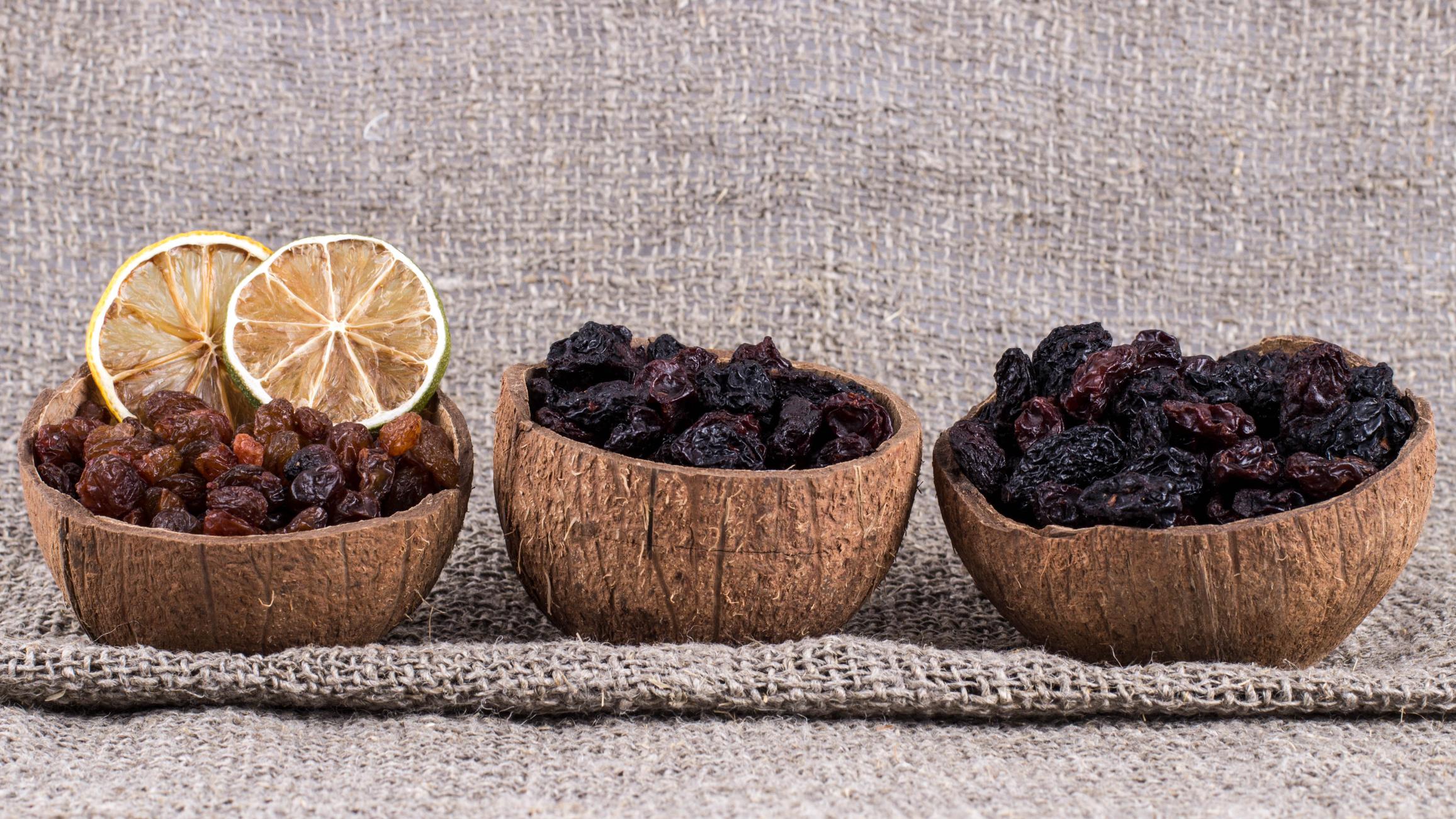 Rosinen: Getrocknete Weintrauben in Schälchen